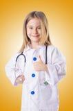 Das kleine Mädchen in Doktorkostüm stockbilder