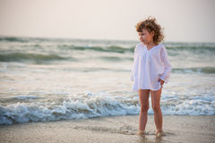 Das kleine Mädchen durch das Meer Stockbild