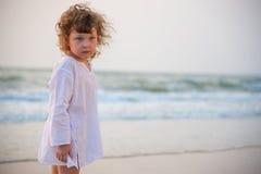 Das kleine Mädchen durch das Meer Lizenzfreie Stockfotografie