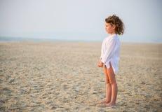 Das kleine Mädchen durch das Meer Lizenzfreies Stockbild