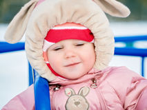 Das kleine Mädchen ein Jähriges unternimmt die ersten Schritte auf dem Winterpark Lizenzfreie Stockfotografie