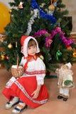 Das kleine Mädchen in einer Klage des kleinen Rotkäppchens Stockfoto