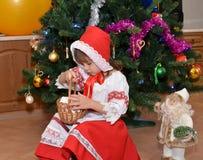 Das kleine Mädchen in einer Klage des kleinen Rotkäppchens und der FI Stockfotos
