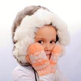 Das kleine Mädchen in einer Pelzschutzkappe Lizenzfreie Stockfotografie