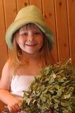 Das kleine Mädchen in einer Sauna Lizenzfreies Stockfoto