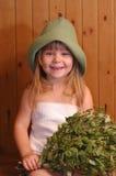 Das kleine Mädchen in einer Sauna Stockbild