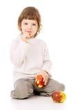 Das kleine Mädchen führt eine gesunde Lebensart und isst Äpfel Lizenzfreie Stockfotografie