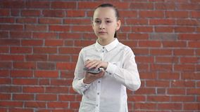 Das kleine Mädchen faltet einen Stapel Euros stock footage