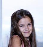 Das kleine Mädchen am Fenster morgens Lizenzfreie Stockfotografie