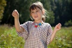 Das kleine Mädchen fing in der Wiesenheuschrecke ab Lizenzfreie Stockfotos
