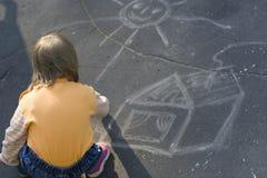 Das kleine Mädchen hat ein kleines Haus gezeichnet lizenzfreie stockfotos