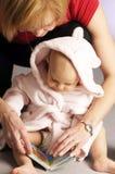 Das kleine Mädchen im Bademantel Lizenzfreies Stockfoto
