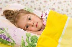 Das kleine Mädchen im Bett Lizenzfreie Stockfotos