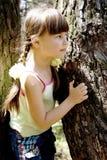 Das kleine Mädchen im Holz Lizenzfreies Stockfoto