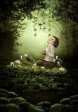 Das kleine Mädchen im magischen Wald Stockbild