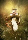 Das kleine Mädchen im magischen Wald Stockfotos