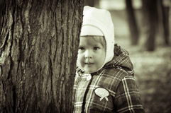 Das kleine Mädchen im Park Stockbilder