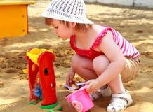 Das kleine Mädchen im Sand stockbild