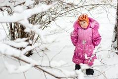 Das kleine Mädchen im Schnee stockbild