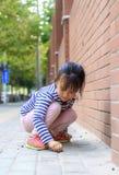 Das kleine Mädchen im Spiel im Freien Stockbild