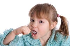 Das kleine Mädchen isst Joghurt Stockfoto