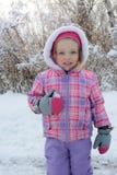 Das kleine Mädchen ist im Winterschneewald Kanada Stockfoto