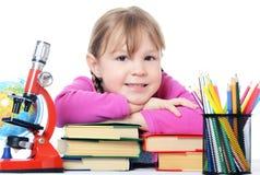 Das kleine Mädchen lernen getrennt auf weißem Hintergrund Lizenzfreies Stockfoto