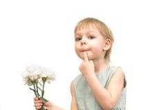 Das kleine Mädchen mit einem Blumenstrauß der Gartennelken Stockfoto