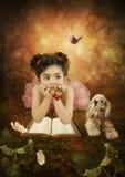 Das kleine Mädchen mit einem träumerischen Blick Stockbild