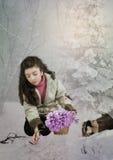 Das kleine Mädchen mit Schneeglöckchen Lizenzfreies Stockbild