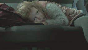 Das kleine Mädchen schlief im Auto in der Rückseite stock video