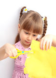 Das kleine Mädchen scissor Papier Stockfotos