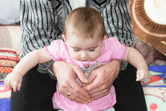 Das kleine Mädchen in seinen Armen Lizenzfreies Stockbild