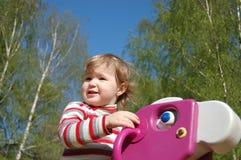 Das kleine Mädchen spielt Anziehungskräfte Stockbilder
