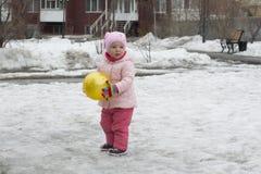 Das kleine Mädchen spielt auf dem Spielplatz im Frühjahr lizenzfreies stockfoto