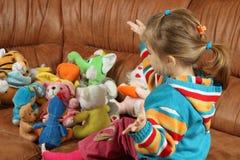 Das kleine Mädchen spielt weiche Spielwaren Lizenzfreies Stockbild