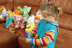 Das kleine Mädchen spielt weiche Spielwaren Stockfotos