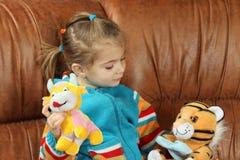 Das kleine Mädchen spielt weiche Spielwaren Lizenzfreie Stockfotografie