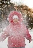 Das kleine Mädchen und der Schnee. Lizenzfreie Stockfotos