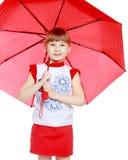 Das kleine Mädchen versteckt unter dem Regenschirm Lizenzfreies Stockbild