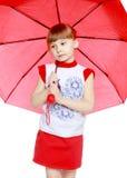 Das kleine Mädchen versteckt unter dem Regenschirm Lizenzfreie Stockfotografie