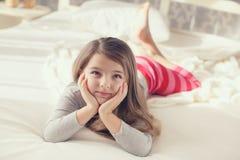 Das kleine Mädchen wachte auf und legt in Bett Lizenzfreie Stockfotos