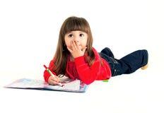 Das kleine Mädchen zeichnet eine Abbildung lizenzfreies stockbild