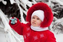 Das kleine Mädchen zeigt auf eine weitere Hand Lizenzfreie Stockfotos
