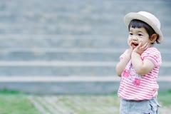 Das kleine Mädchen zum Spaß im Garten Lizenzfreies Stockbild