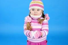 Das kleine Mädchen in einer Strickjacke und in einem Hut Stockfotos