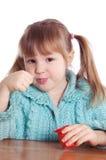 Das kleine Mädchen isst Joghurt Stockfotos