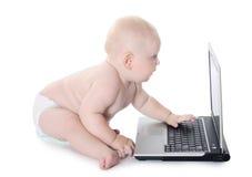 Das kleine Schätzchen mit dem Laptop stockbilder