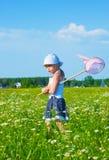 Das kleine verärgerte Mädchen auf einer Wiese Lizenzfreie Stockfotos