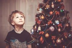 Das kleiner Junge Porträt Das Schätzchen und Mutter, die den des Weihnachtsmanns Hut tragen, spielen zusammen Lizenzfreies Stockfoto